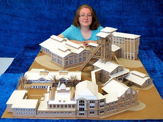 Kateřina Vondráková postavila z lepenky model Dolu Michal.