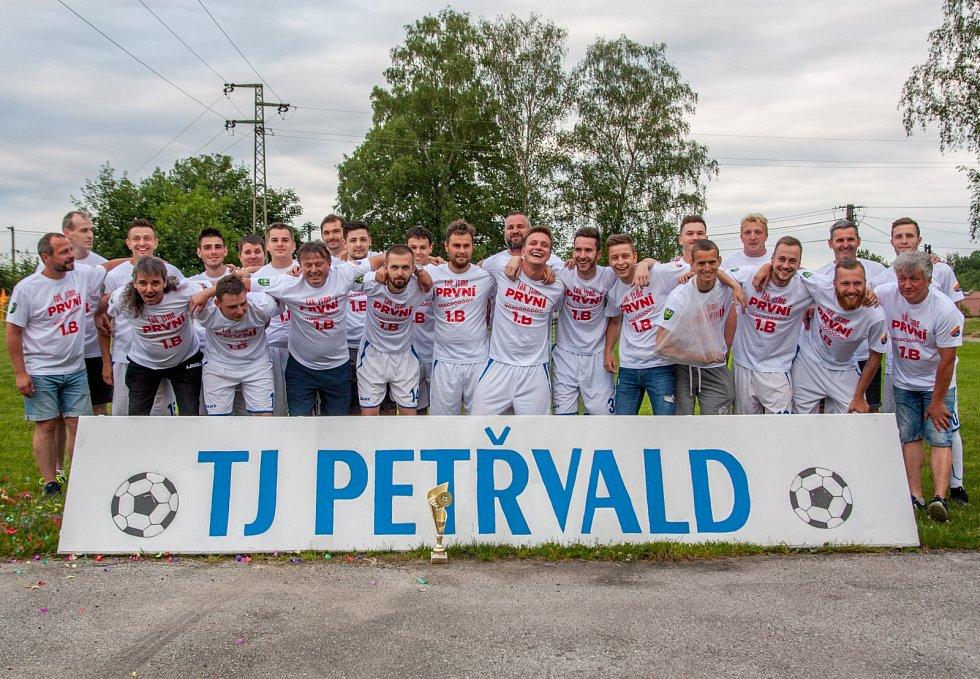 Fotbalisté TJ Petřvald - vítězové okresního přeboru Karvinska.