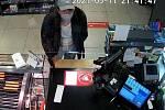 Na záběrech průmyslové kamery je zachycen mladík, který by svým svědectvím mohl přispět k vysvětlení.
