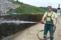 Při kompostování je nutné bioodpad pravidelně provětrávat a zavlažovat.