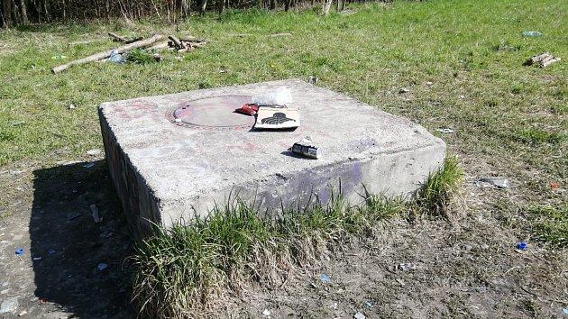 Po bitce výrostků vKarviné zůstaly jen odpadky.