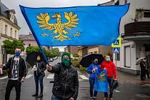 Demonstrace v Českém Těšíně - Lidé z příhraničí 3. května 2020 v Českém Těšíně i sousedním polském Těšíně protestovali proti uzavřené hranici, která rozdělila mnohé rodiny a řadě lidí znemožnila dojíždění za prací.