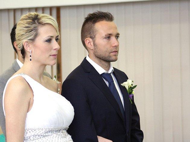 Bývalý fotbalista MFK Karviná, momentálně ostravského Baníku, Vladan Milosavljev, se v pátek oženil se svou přítelkyní Reginou Graclíkovou.