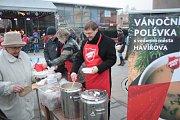 Rozlévání vánoční polévky Armádou spásy a náměstkem primátora Danielem Vachtarčíkem.