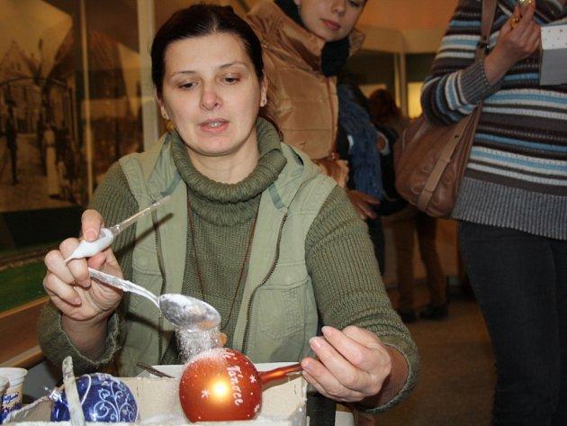 Ukázka výroby vánočních baněk.