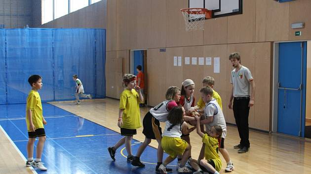 Soutěž dětí v minibasketbale.