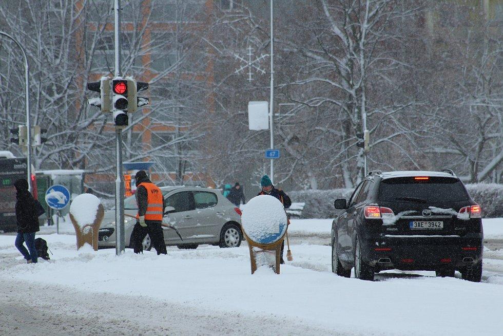 Přívaly sněhu na silnicích a dálnici D 48 u Českého Těšína způsobily komplikace v dopravě. Některé kamiony v kopci uvízly. Kvůli nehodě byl ucpaný a špatně průjezdný také sjezd z obchvatu města směrem na Třinec a Slovensko.