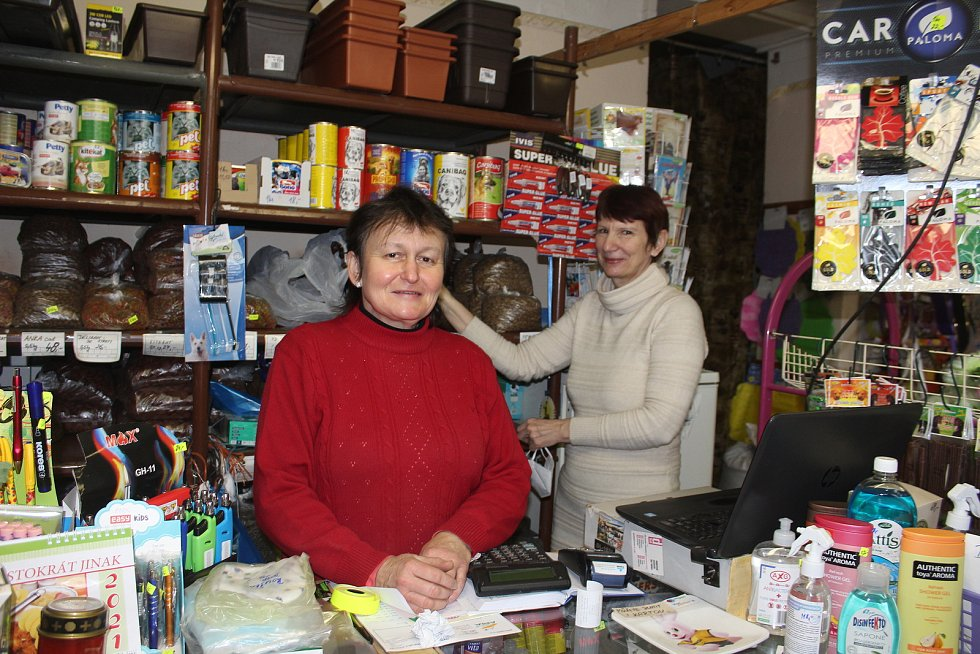 Doubrava. Jindřiška Daříčková (vlevo) ve svém obchodě