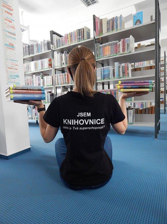 Knihovnice pobaví i potěší tematickými tričky.