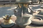 V Karviné dělníci demontovali vrchní část litinové kašny na Masarykově náměstí, aby ji mohli restaurátoři opravit.