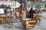 Na Masarykově náměstí v Karviné začal ve středu ráno dvoudenní velikonoční jarmark. Na oba dny je připraven bohatý kulturní program ukázky šikovné práce lidových řemeslníků i úžasné výkony pouličních artistů, třeba kejklířů, žonglérů nebo flašinetáře. Nec