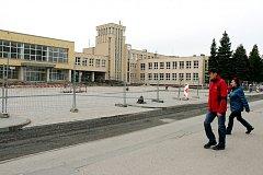 Parkoviště u městského úřadu stále čeká na své dokončení, současný termín je letošní květen.