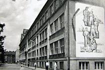 Polské gymnázium a Základní devítiletá škola po dostavbě z roku 1957.