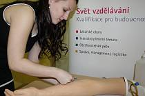 Zdravotní sestry v Nemocnici Karviná-Ráj a v Orlové by měly brzy mít k dispozici moderní žilní kanyly. Jsou bezpečnější a sestry se o ně prakticky nemohou poranit.