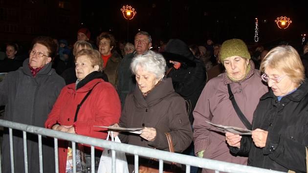 V Havířově si lidé zazpívali koledy se sborem Canticorum. Snímek z roku 2015.