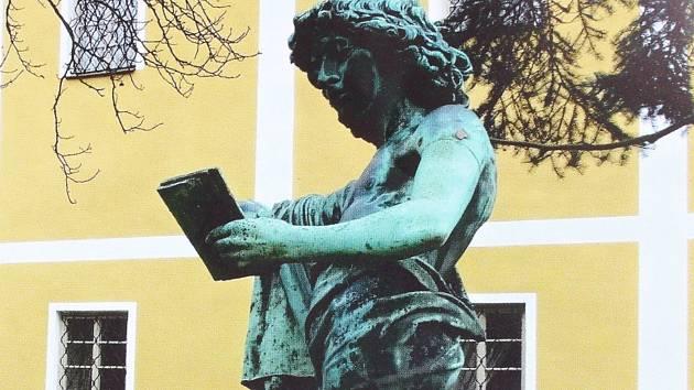 Bronzovou sochu někdo ukradl.