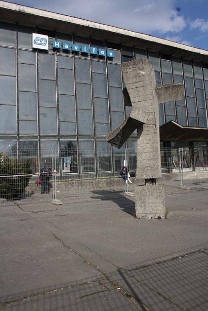 Směrník před havířovským vlakovým nádražím.