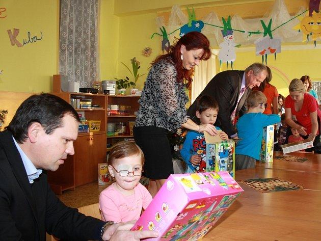Vedení havířovské radnice předalo vánoční dárky dětem.
