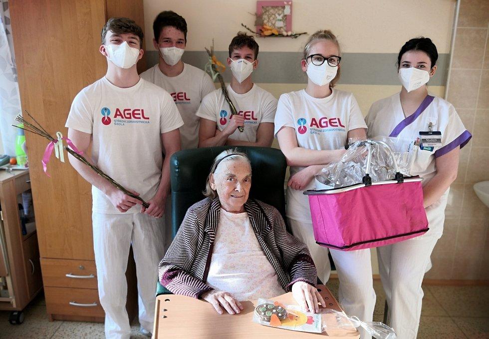 Atmosféru Velikonoc v českotěšínské nemocnici podpořili také studenti 3. ročníku Střední zdravotnické školy Agel, kteří v rámci souvislé praxe v nemocnici přišli navštívit pacienty.