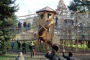 V parku Boženy Němcové v Karviné byl po modernizaci opět zpřístupněn dětský koutek.