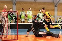 Vojtěch Mžyk z Torpeda právě střílí sedmý gól svého mužstva.