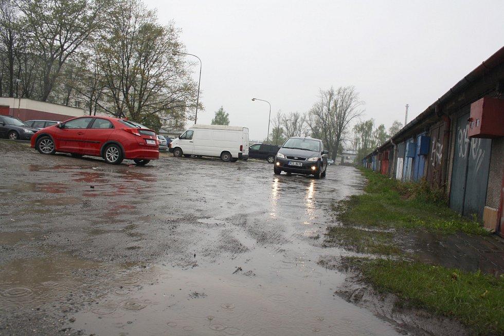 Když zaprší, mají lidé z garážové osady problém dostat se ke garážím kvůli kalužím a bahnu.