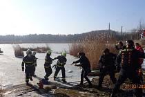 Hasiči společně s policisty a záchranáři u rybníku Mokroš.