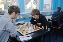 Na druhé šachovnici Mateusz Kolosowski (na snímku vpravo) zvítězil nad zlínským Jakubem Roubalíkem a měl tak podíl na vítězství Karviné.
