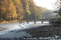 Bagry zbavují Těšínskou přehradu bahna na dně.