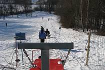 Zimní radovánky na havířovské sjezdovce s lanovým vlekem.