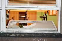Zloděj se do školy dostal po rozbití okna.