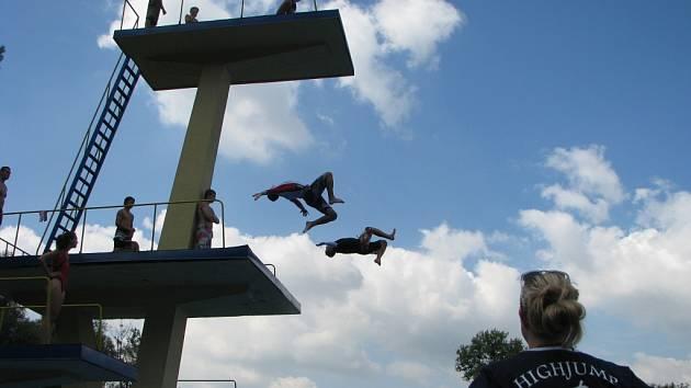 Soustředění skokanů na věži havířovského koupaliště.