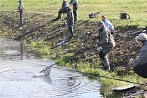 Rybářské závody v muškaření na jezeru Nebesák v Horní Suché.