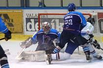 Orlovští hokejisté (v bílém) vykročili důrazně za druhou ligou. Vyhráli ve Valašském Meziříčí.