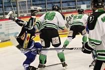 Havířovští hokejisté doma narazili na favorita soutěže z Boleslavi (v bílém).
