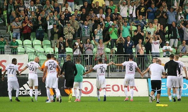 Karvinští fotbalisté (vbílém) si poradili se Slováckem a poprvé vhistorii jej vrámci ligové soutěže porazili.