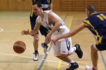 Basketbalisté Karviné (s míčem Pacut) zvládli domácí utkání.