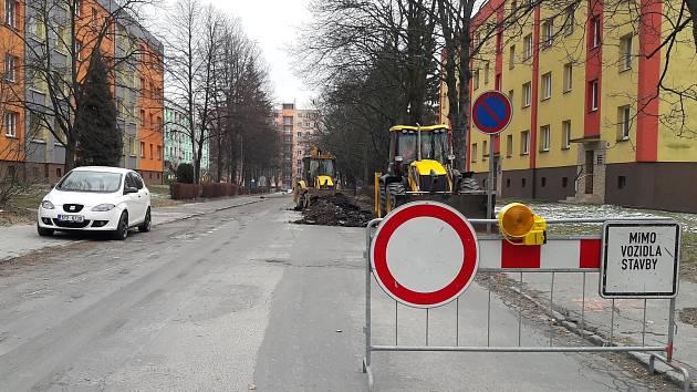 V pondělí ráno začala další část opravy ulice Ciolkovského v Karviné-Ráji. Úsek od křižovatky s ul. V Aleji až k restauraci Myslivna je nyní neprůjezdný.