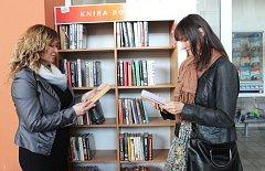 Karvinské knihovnice uvedly nový projekt knhovničky na zdejším nádraží nazvaný Kniha do vlaku.