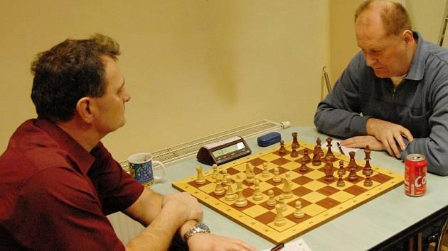 Karvinský Jaroslav Sobek (vpravo) vybojoval nerozhodný výsledek s orlovským velmistrem Alexejem Kislinskym.
