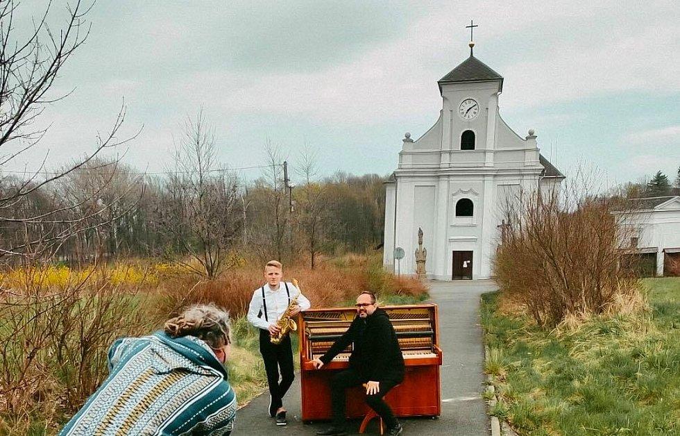 Záběry z natáčení klipu k písni Ztracené město před kostele sv. Petra z Alkantary v Karviné Dolech.