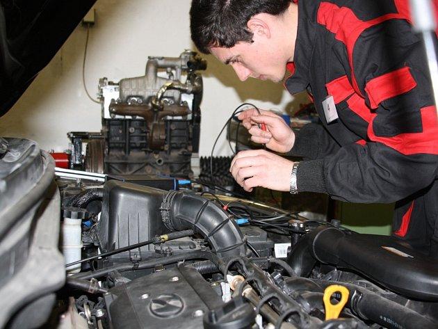 Soutěž automechaniků.