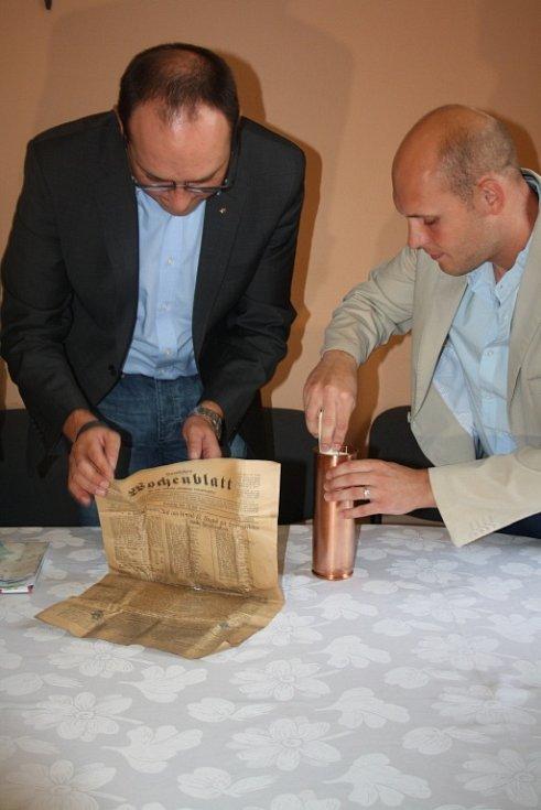 Do báně kostela sv. Marka v Karviné byly vloženy historické i současné dokumenty.