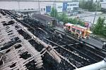 Snímky požárem poškozené střechy výrobní haly v Českém Těšíně. Foto: hasiči MSK