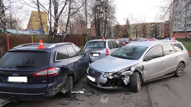 Několik zaparkovaných vozů naboural v sobotu v Karviné ve Slovenské ulici řidič pod vlivem alkoholu.