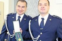 Dva profesionální hasiči z českotěšínského sboru Ladislav Ledvoň (vlevo) a Václav Cieslar byli vyznamenáni medailí za statečnost.