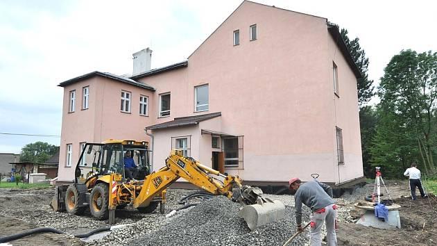 Přestavba školního dvora je komplikovaná.