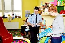 Okresní policejní mluvčí Vlastimil Starzyk si čtení pohádek ve frýdecko-místecké nemocnici užíval. Proto se do chvályhodné akce zapojí i příště.