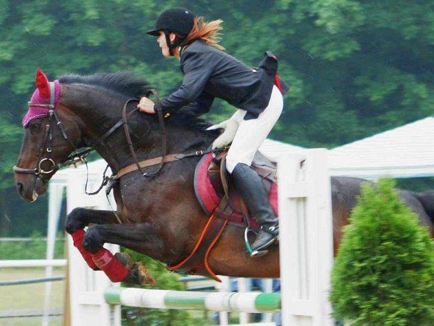 Domácí juniorka Veronika Klárová na koni Noli Tangere zvítězila ve stupňované obtížnosti do 110 cm na závodech v Oticích.