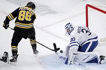 David Pastrňák skóruje jakkoliv. I s hokejkou mezi nohama.